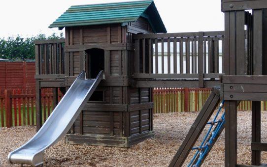 Drewniany domek ogrodowy dla dzieci – kupić czy zrobić?
